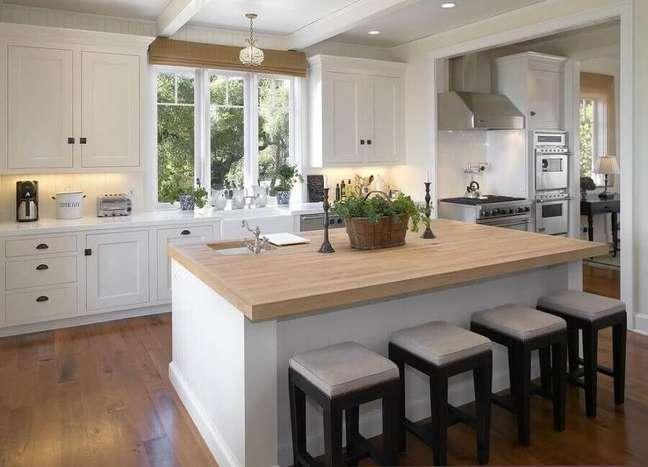 42. Decoração estilo clássico com banqueta baixa para cozinha planejada com ilha central – Foto: Tom Meaney Architect
