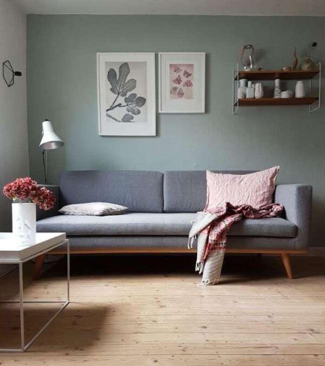 41. Sala pequena com parede verde sage e sofá cinza – Foto Wallsauce