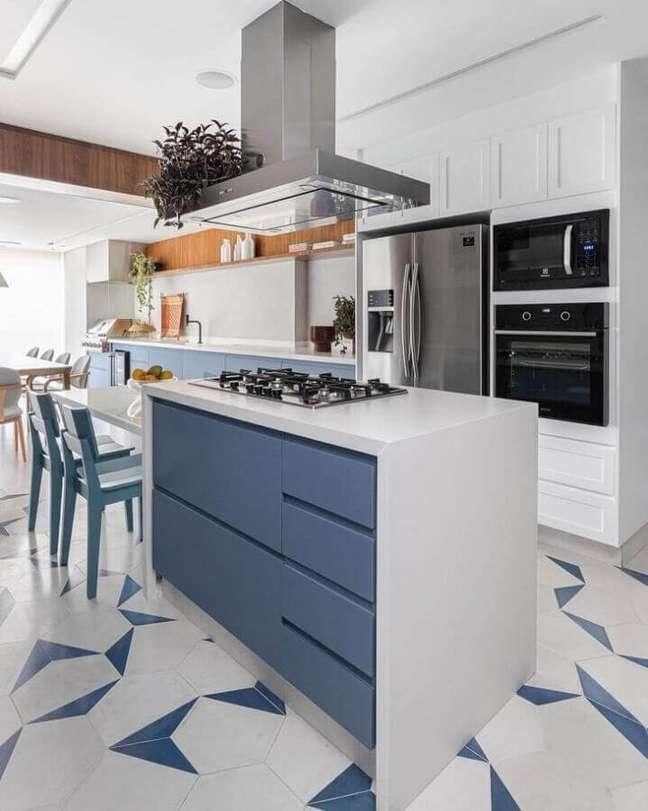 32. Decoração azul e branco para cozinha planejada grande com ilha gourmet – Foto: Duda Senna Arquitetura