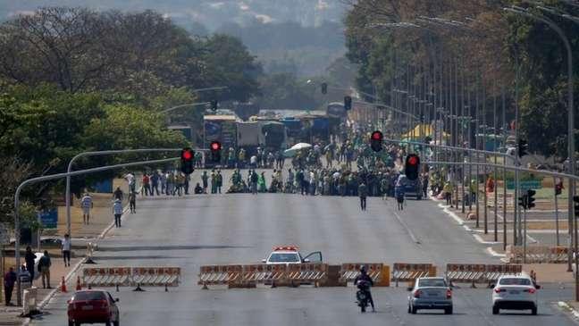 Retirada de grades de bloqueio pelos manifestantes não viu resistência ativa de policiais, que evitaram até usar armas de efeito moral, como spray de pimenta e gás lacrimogênio