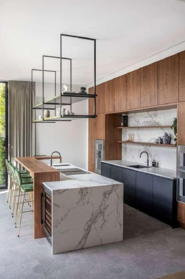 15. Armários e bancada de madeira para decoração de cozinha planejada com ilha de mármore – Foto: Futurist Architecture