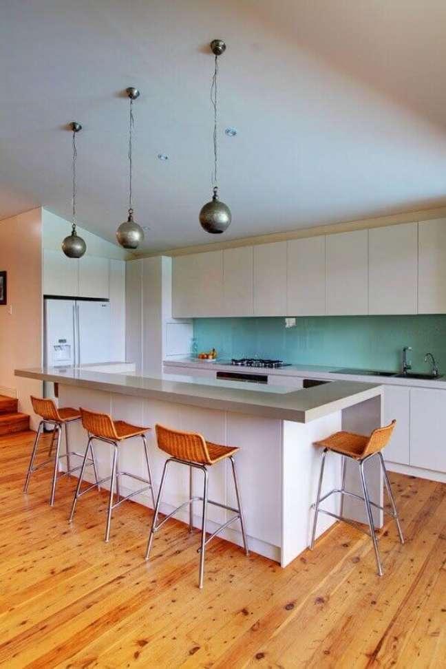38. Decoração de cozinha planejada com ilha simples e luminária pendente redonda – Foto: Home Fashion Trend