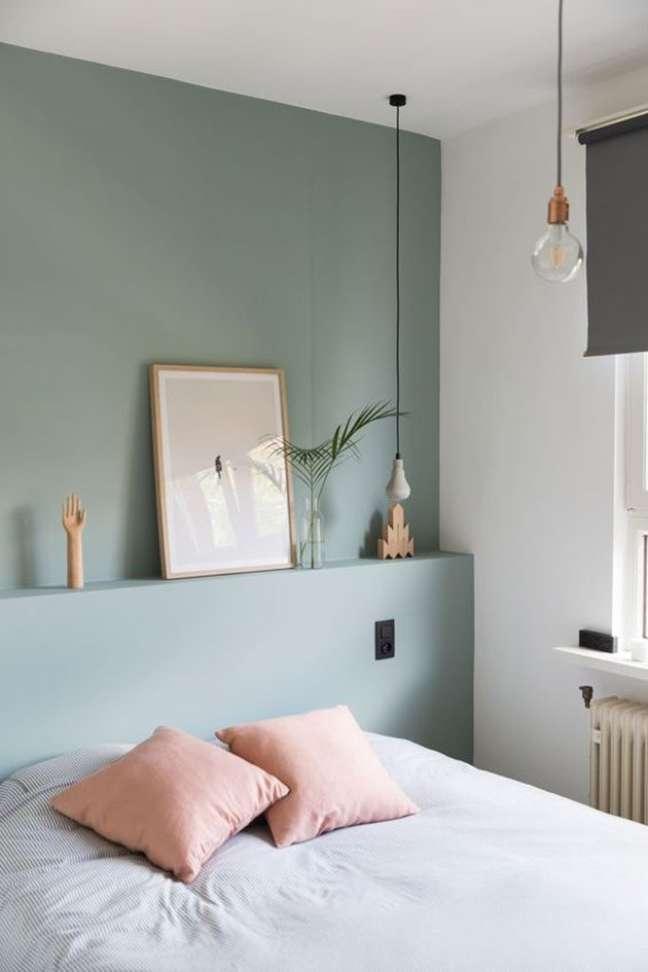 35. Quarto verde sage com almofadas cor de rosa – Foto MilIdeas