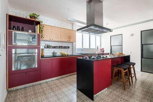 13. Armário vermelho para decoração de cozinha planejada com ilha simples – Foto: Iná Arquitetura