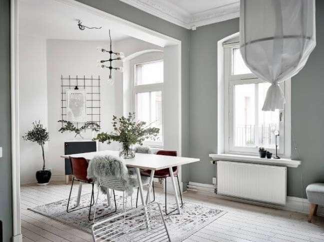 4. Sala de jantar com parede verde sage e cadeiras vermelhas -Foto Entrance