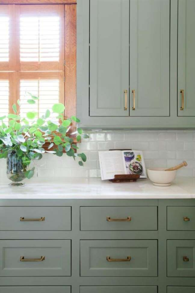 1. Cozinha com armários na cor verde sage – Foto Room For Tuesday