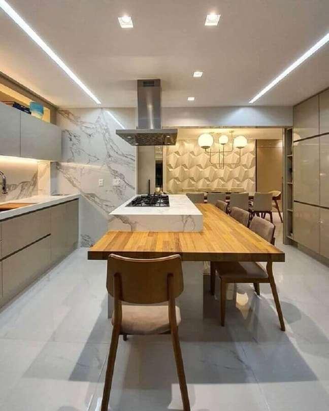 6. Bancada de madeira para decoração moderna de cozinha planejada com ilha gourmet – Foto: Max Mello