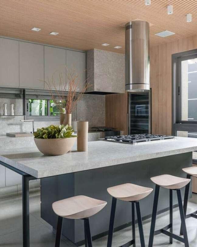 50. Decoração moderna de cozinha planejada com ilha gourmet – Foto: Thaisa Bohrer + Architect