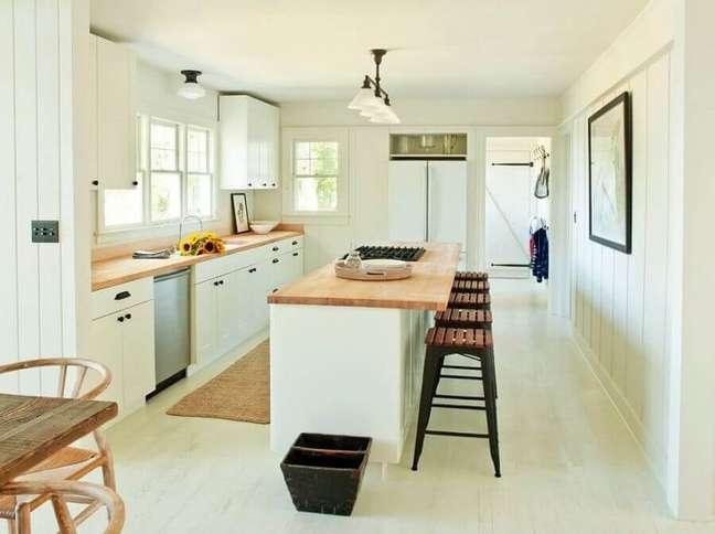23. Cores claras para decoração de cozinha planejada com ilha simples – Foto: Home Fashion Trend