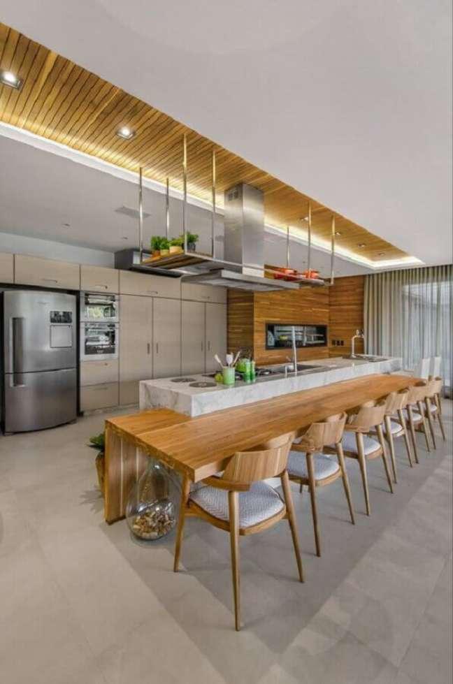 7. Decoração de cozinha planejada grande com ilha de mármore e bancada de madeira – Foto: Studio Colnaghi