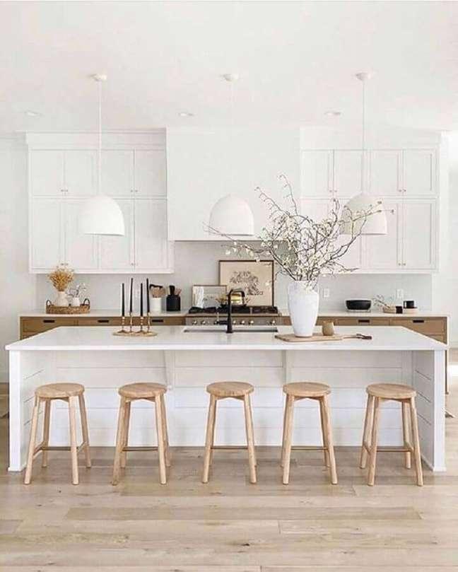 34. Decoração clássica com banqueta de madeira para cozinha planejada com ilha toda branca – Foto: Yandex