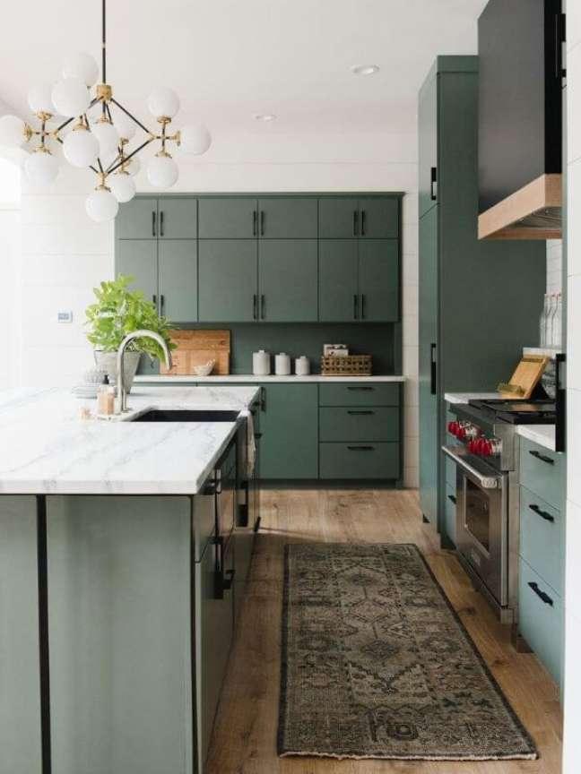 14. Cozinha moderna verde sage – Foto Studio Mcgee