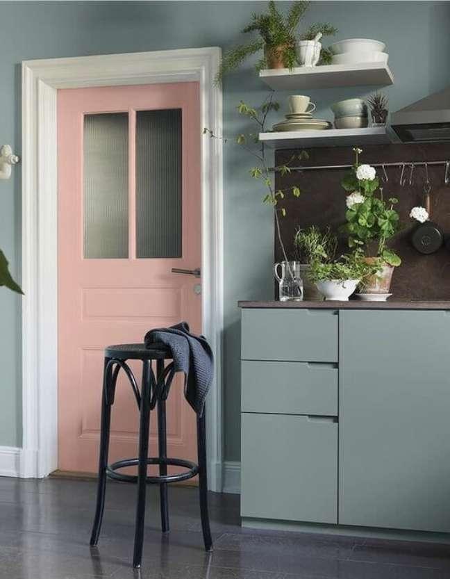 21. Decoração verde sage com porta rosa claro – Foto Elle Decor