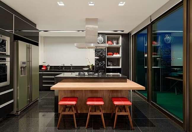 18. Banqueta baixa para decoração moderna de cozinha planejada com ilha no meio e bancada de madeira – Foto: LEDS Arquitetura
