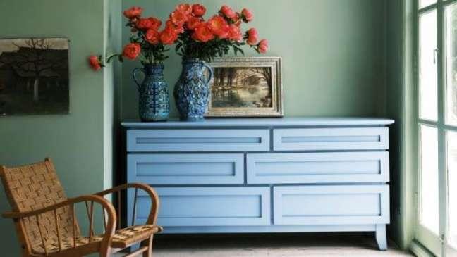 17. Decoração com tinta sage green e móveis azuis – Foto Farrow & Ball