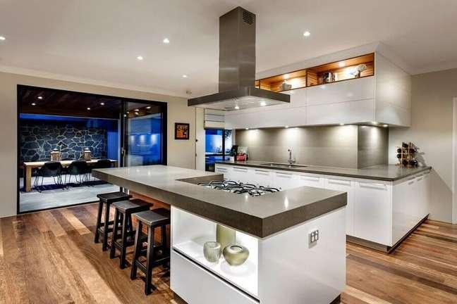 20. Banqueta preta para decoração moderna de cozinha planejada grande com ilha – Foto: Houzz