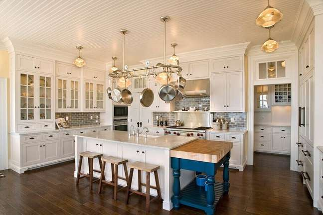 44. Decoração estilo provençal para cozinha planejada com ilha – Foto: The Redfield Home