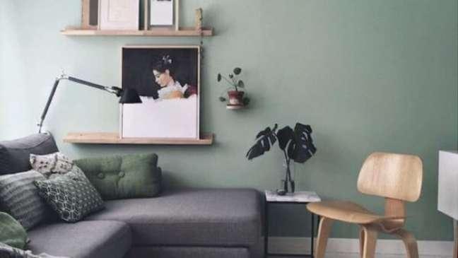 38. Sala com parede verde sage e sofá cinza – Foto Maaike Koster My Scandinavian Home