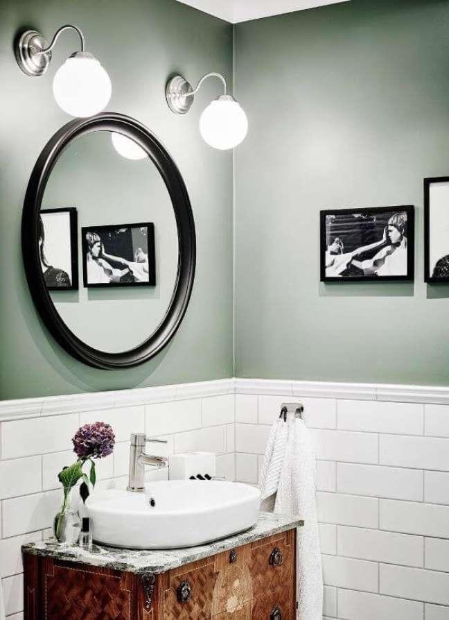 46. Banheiro com pintura verde sage rodameio branco e revestimento de tijolinho – Foto My Scandinavian Home