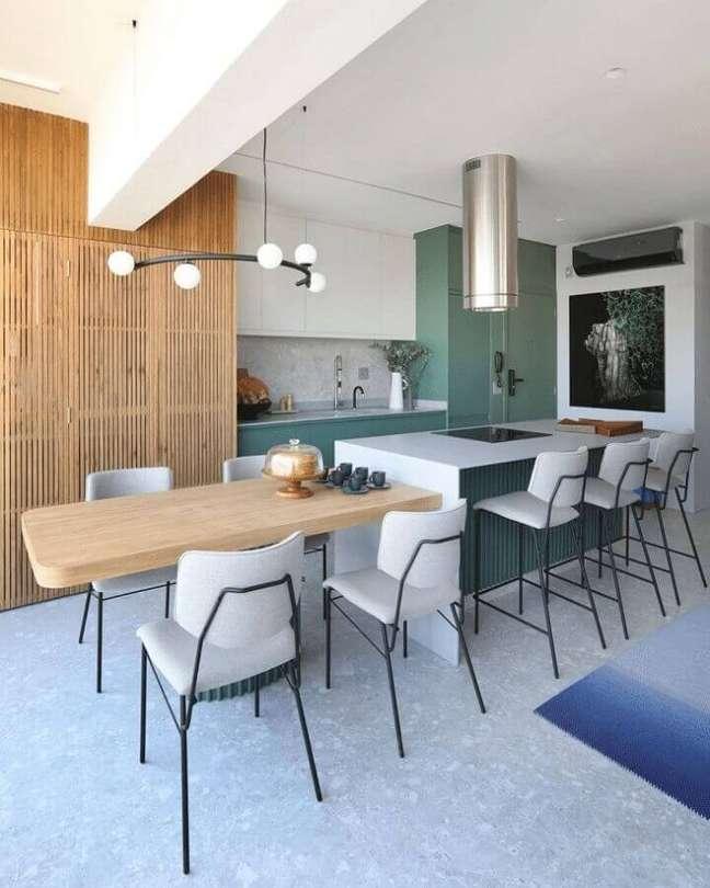 55. Luminária pendente moderna para decoração de cozinha planejada com ilha central – Foto: Doma Arquitetura