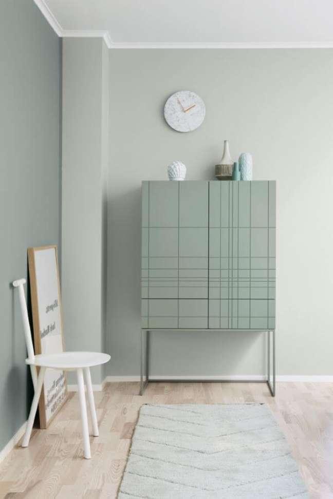 18. Decoração minimalista com moveis e parede verde sage -Foto Bois