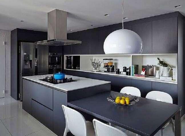53. Decoração moderna em tons de cinza para cozinha planejada com ilha central – Foto: Home Fashion Trend
