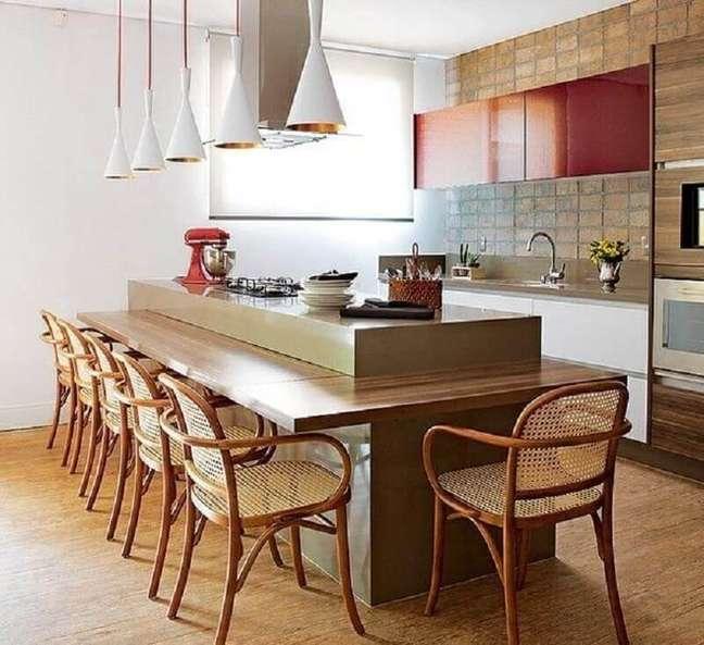 61. Revestimento rustico para decoração de cozinha planejada com ilha e bancada de madeira – Foto: Houzz