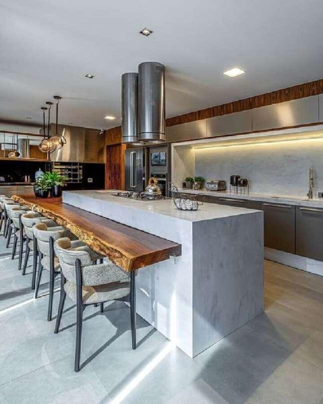 49. Decoração moderna de cozinha planejada com ilha gourmet e bancada de madeira de demolição – Foto: Camila Cavazzana