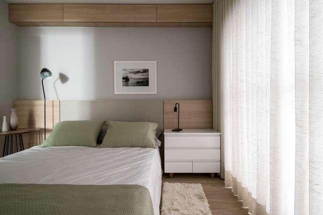 34. Quarto minimalista com tecido verde sage na cama – Foto AM Studio Arquitetura
