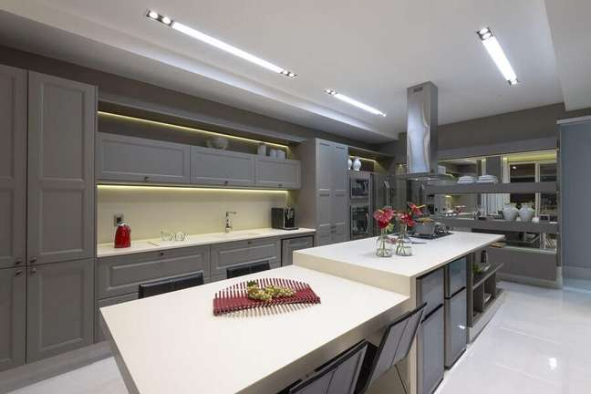 11. Armário cinza estilo clássico para decoração de cozinha planejada grande com ilha – Foto: Mariela Uzan