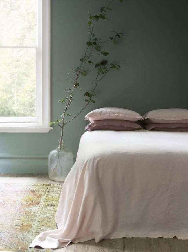 3. Quarto verde sage com roupa de cama rosa – Foto Cultivate
