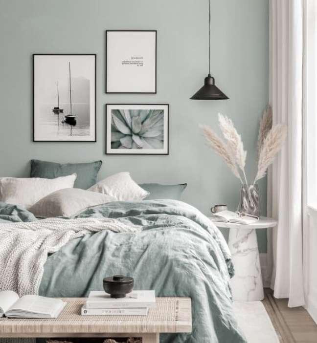 33. Quarto minimalista com decoracao verde sage – Foto Poster Store