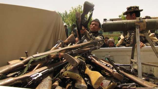 Membro do Taliban carregando caminhão com armas de fogo