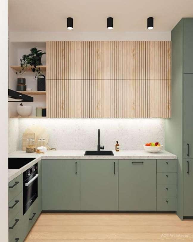 11. Cozinha com armários verde sage e madeira – Foto ACE Architects