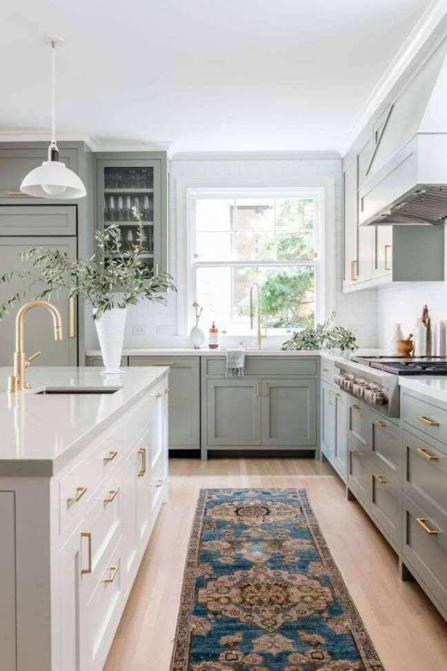 16. Cozinha verde sage e branca com puxadores dourados luxuosos – Foto Lark e Linen