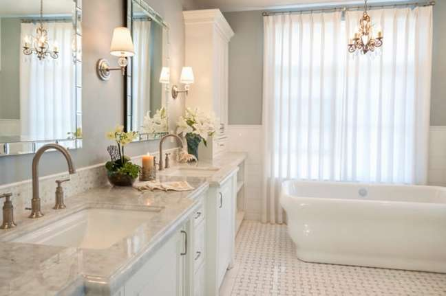 45. Banheiro clássico com parede verde sage – Foto Archzine