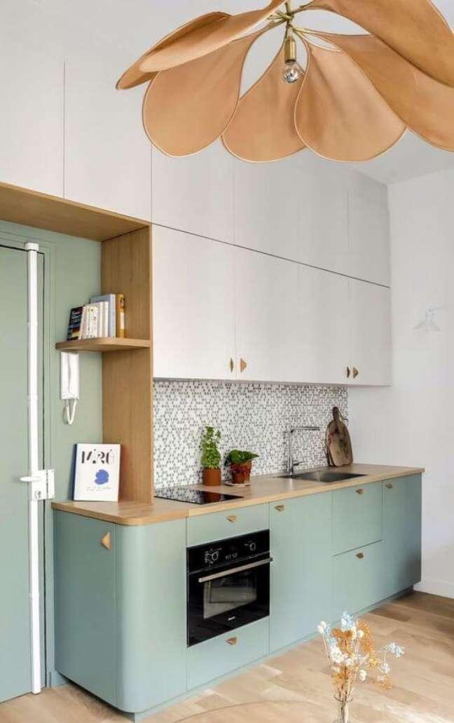 13. Cozinha com balcão de madeira e armários verde sage – Foto Henri Barbusse