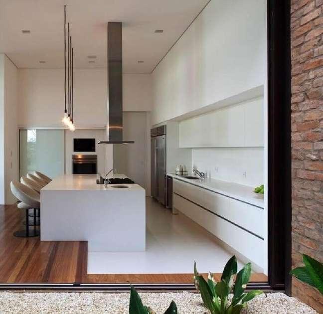 52. Decoração moderna de cozinha planejada grande com ilha toda branca – Foto: Home Fashion Trend