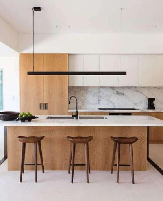 29. Cozinha planejada grande com ilha com decoração moderna branca com madeira – Foto: Daniel Boddam