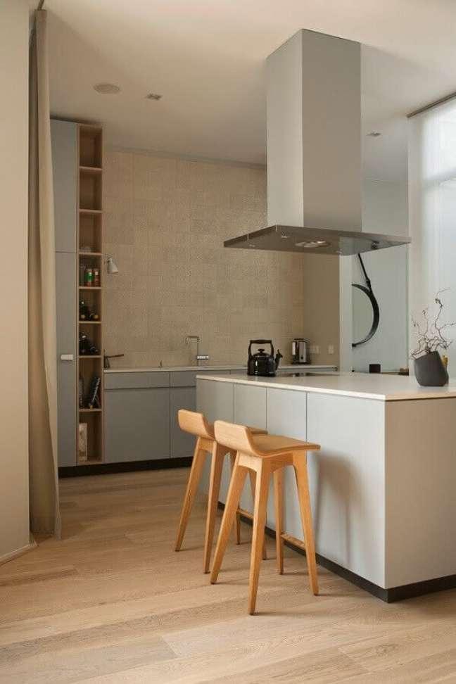 45. Decoração minimalista com banqueta de madeira para cozinha com ilha planejada – Foto: Home Fashion Trend