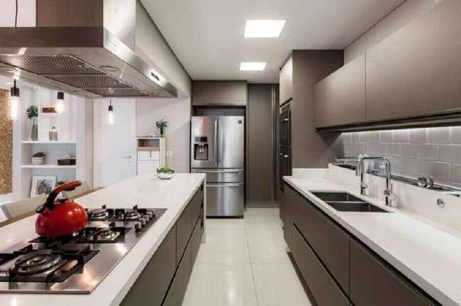 33. Decoração cinza e branco moderna para cozinha planejada com ilha gourmet – Foto: Cavalcante Ferraz