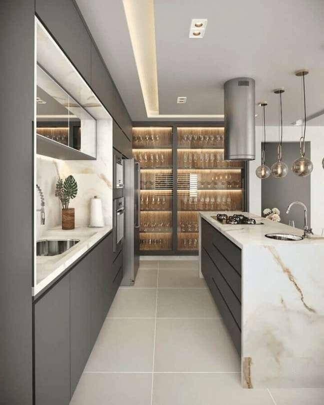 12. Armário cinza para decoração de cozinha planejada com ilha de mármore – Foto: Eder Oliveira Arquitetura