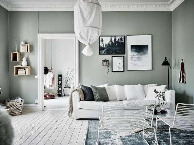 22. Parede de sala verde sage com sofá branco – Foto Entrance