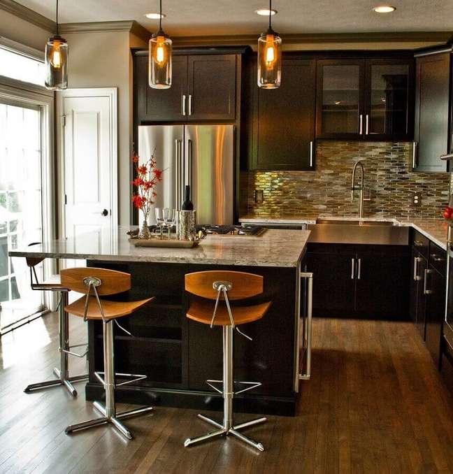 54. Luminária de vidro para decoração de cozinha planejada com ilha pequena e armários pretos – Foto: Houzz