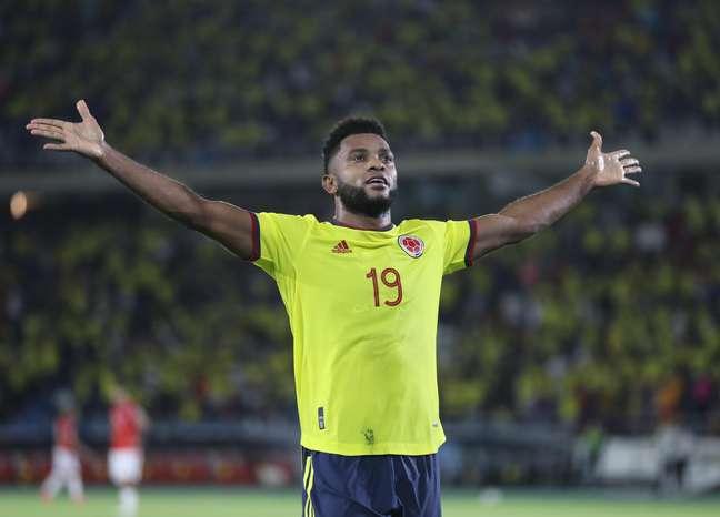 Borja comemora um dos seus dois gols na vitória colombiana sobre o Chile