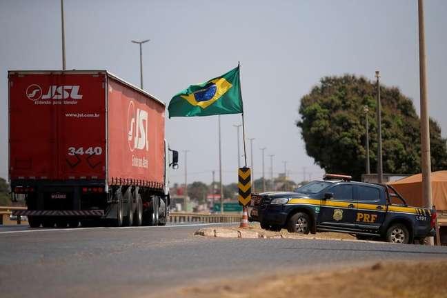 Viatura da Polícia Rodoviária Federal em posto de combustível na BR-040, em Valparaíso de Goiás, durante protesto de caminhoneiros 09/09/2021 REUTERS/Adriano Machado