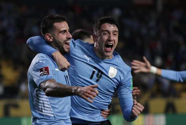Gastón Pereiro comemora com Joaquin Piquerez após marcar o gol da vitória uruguaia