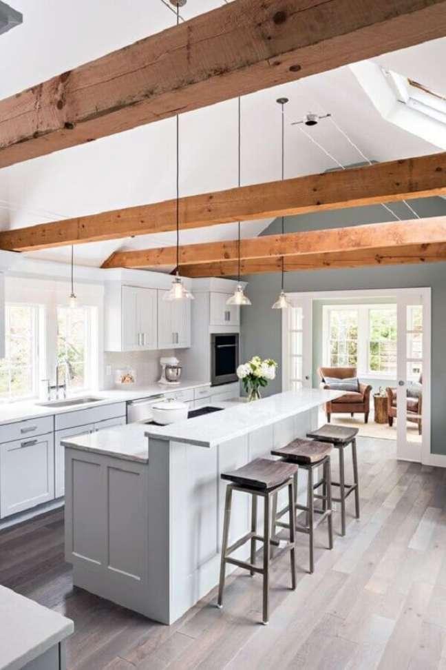 36. Decoração clean para cozinha com ilha planejada toda branca – Foto: In and Out Decor