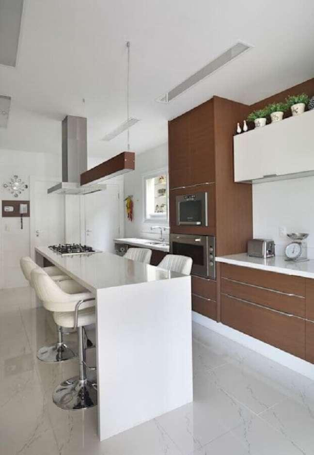 25. Cozinha planejada com ilha gourmet decorada em branco e marrom – Foto: Carolina Mendonca Projetos de Arquitetura e Interiores Ltda