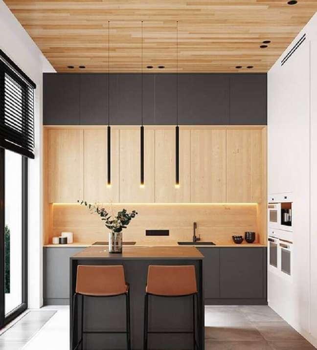 2. Decoração de cozinha planejada com ilha pequena e armário cinza escuro com madeira – Foto: Shmidt Studio
